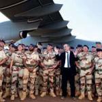 Jean-Yves le Drian au milieu de soldats francais au Mali le 31 decembre 2013